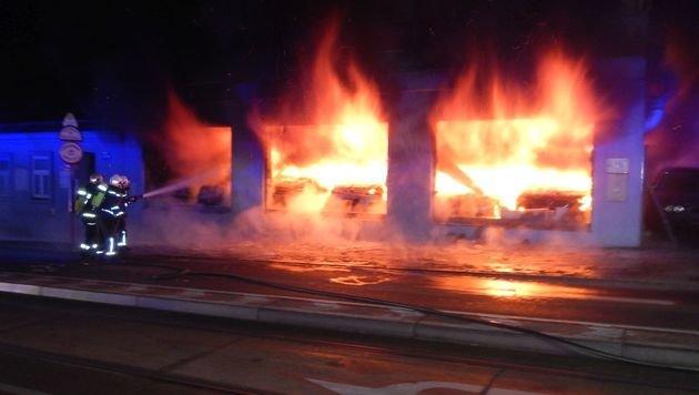 Lodernde Flammen bei Autohausbrand in Wien (Bild: MA 68 Lichtbildstelle)
