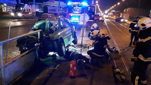 Auto bohrt sich in Geländer - ein Schwerverletzter (Bild: MA 68 Lichtbildstelle)