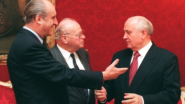 1995 empfing Bundespräsident Klestil den früheren Präsidenten der Sowjetunion, Michail Gorbatschow. (Bild: APA/Robert JAEGER)