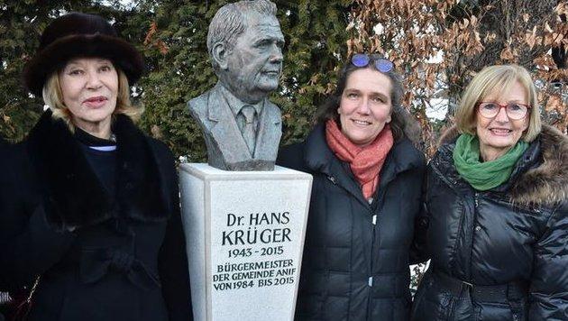Anifs Ex-Bürgermeister mit Bronzebüste geehrt (Bild: Wolfgang Weber)