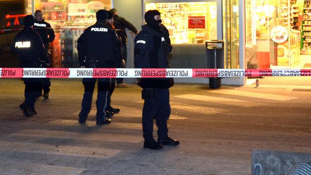 Polizei-Großeinsatz nach dem Überfall auf den Sparmarkt in Linz-Urfahr (Bild: Johann Haginger)