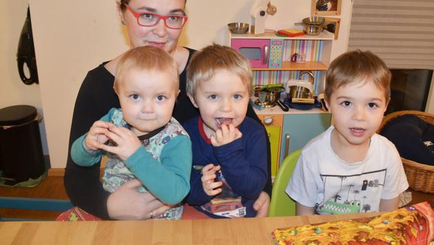 Die Mutter mit ihren Kindern Benedikt (2), Max (3, er braucht dingend Hilfe) und Leonhard (4) (Bild: Claudia Fulterer)