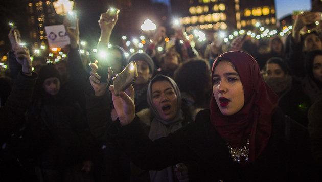 Tausende haben bereits am Mittwochabend gegen die Einwanderungspolitik Donald Trumps demonstriert. (Bild: ASSOCIATED PRESS)