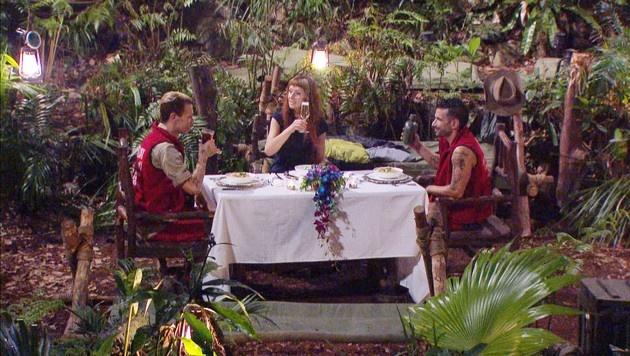 Die drei Finalisten bei ihrem letzten Abendmahl im Dschungel (Bild: RTL)