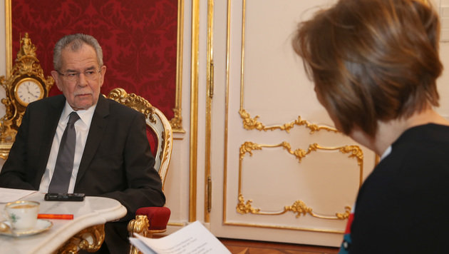"""Bundespräsident Alexander Van der Bellen im Gespräch mit """"Krone""""-Interviewerin Conny Bischofberger (Bild: Zwefo)"""