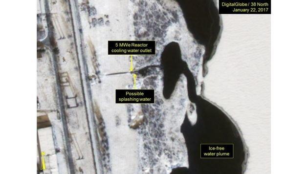 Satellitenbilder vom 22.1. zeigen eine Wasserfahne, die aus dem Kühlwasserauslauf stammen könnte. (Bild: 38north.org)