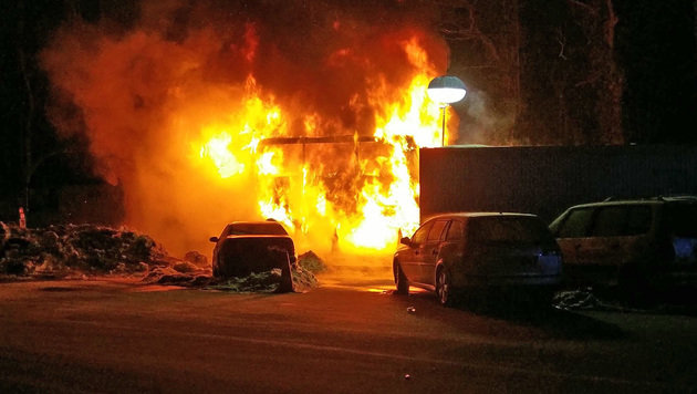 Der Reisebus ging vollständig in Flammen auf. (Bild: BRK BGL)