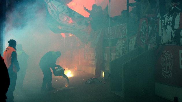 Skandal! Pyro-Attacke der Fans verletzt Kameramann (Bild: GEPA)