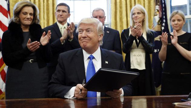 Donald Trump bei der Unterzeichnung des Einreise-Dekrets (Bild: ASSOCIATED PRESS)