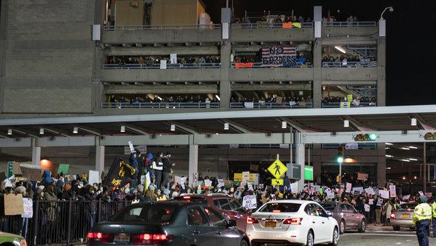 Tausende protestierten am New Yorker JFK-Flughafen gegen Trumps Einreisestopp. (Bild: ASSOCIATED PRESS)