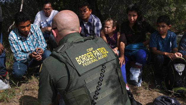 Aufgegriffene Einwanderer aus Zentralamerika (Bild: AFP/JOHN MOORE/GETTY IMAGES NORTH AMERICA)