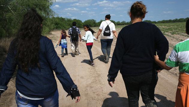Immigranten nach dem illegalen Übertritt der US-Grenze (Bild: AFP JOHN MOORE/GETTY IMAGES NORTH AMERICA)