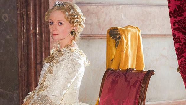 Für die Rolle der Erzherzogin schlüpft Drassl  in große Robe und Perücke. (Bild: ORF/Roman Zach-Kiesling)