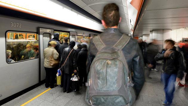 Junge Migranten sorgen für Panik in Wiener U-Bahn (Bild: APA/Roland Schlager, Amer Albayati, krone.at-Grafik)