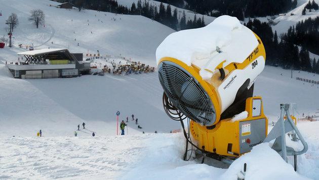 Im Skigebiet von Söll prallte die Sechsjährige gegen diese Schneekanone (Bild) und starb. (Bild: ZOOM-TIROL)