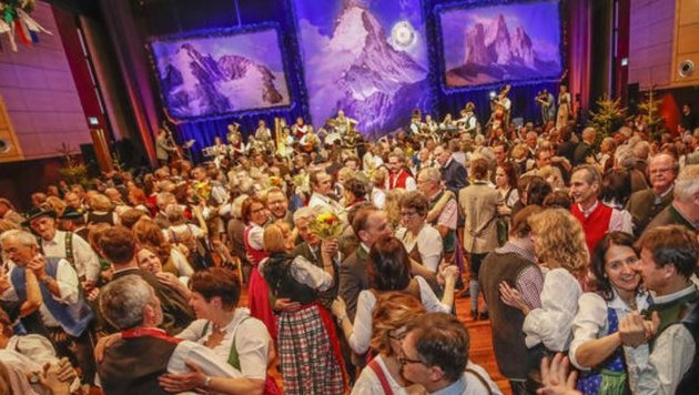Wie jedes Jahr stürmten auch heuer wieder 2.500 Tanzbären und Bergfexe den Kongresshausgipfel. (Bild: Markus Tschepp)