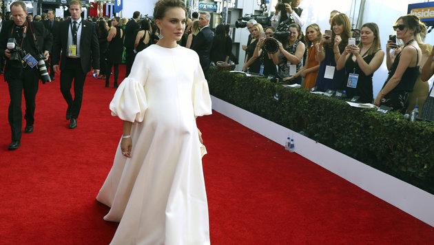 Natalie Portman trägt ein bequemes, weißes Dior-Kleid. (Bild: AP)