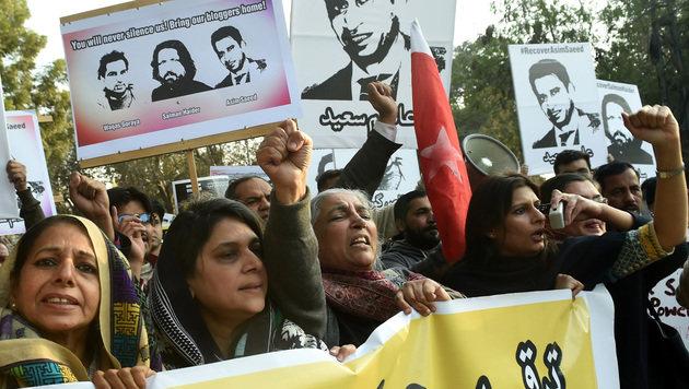 Pakistanische Aktivisten bei einem Protestmarsch nach der Entführung von fünf Bloggern. (Bild: AFP)