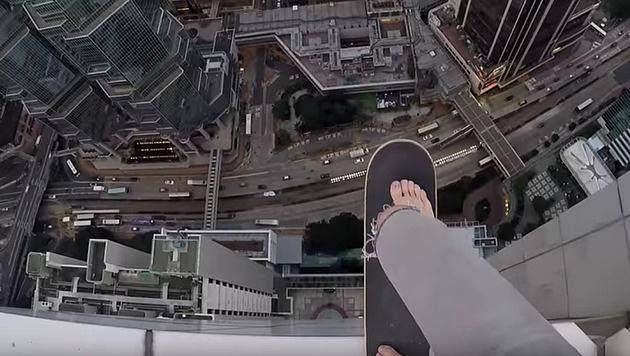 Bei diesen Stunts am Wolkenkratzer stockt der Atem (Bild: YouTube.com)