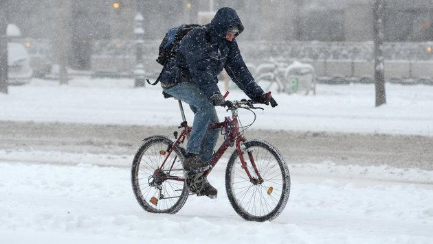 Chaos auf Straßen nach heftigen Schneefällen (Bild: APA/HELMUT FOHRINGER)