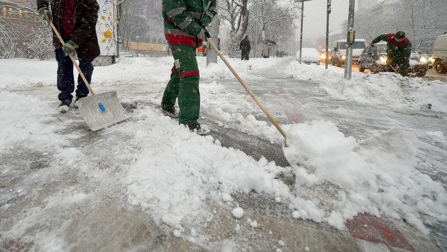 Chaos auf Straßen nach heftigen Schneefällen (Bild: APA/ROLAND SCHLAGER)