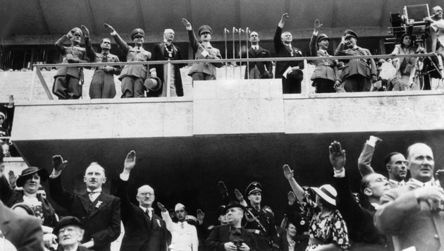 Goebbels (8.v.l.) mit Hitler (Mitte) und Nazi-Größen bei der Eröffnung der Olympischen Spiele Berlin (Bild: APA/dpa/dpa)