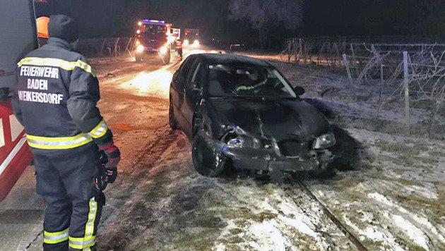 Blitzeis: Unfallserie auf spiegelglatten Straßen (Bild: Freiwillige Feuerwehr Baden Weikersdorf/Gerhard Filip)