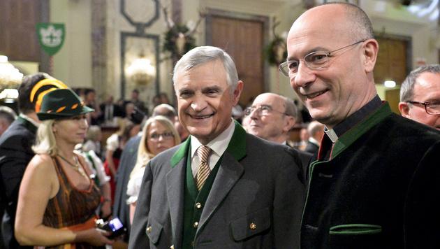 Dompfarrer Toni Faber (re.) und Thomas Schäfer-Elmayer (Bild: APA/HERBERT NEUBAUER)