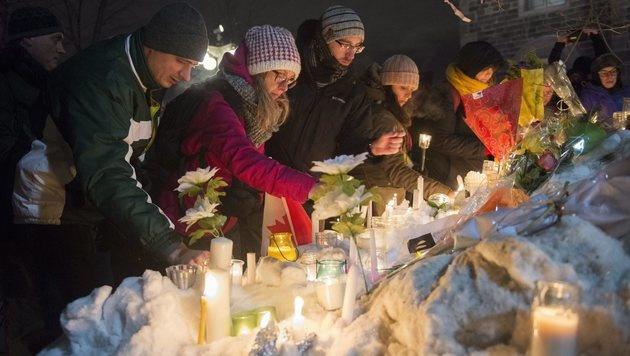 Vor der Moschee zündeten Menschen Kerzen an und legten Blumen nieder. (Bild: AP)