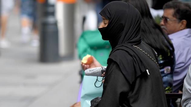 Burkaverbot: Wer erwischt wird, zahlt 150 Euro (Bild: APA/ROLAND SCHLAGER)