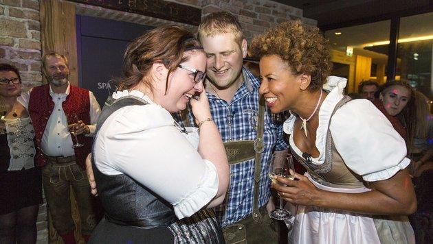 Arabella Kiesbauer freut sich mit dem Liebespaar. (Bild: ERNST KAINERSTORFER)