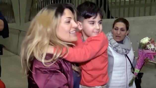 Der fünfjährige Bub mit seiner Mutter (Bild: YouTube.com)