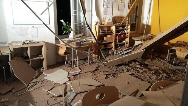 Mehrere Deckenteile waren in das leere Klassenzimmer gestürzt. (Bild: Berufsfeuerwehr Klagenfurt)