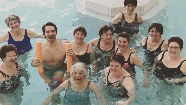 Der Hahn im Korb: Ski-Star Felix Neureuther mit zehn Damen im Pool - ein tolles Bild! (Bild: facebook.com)