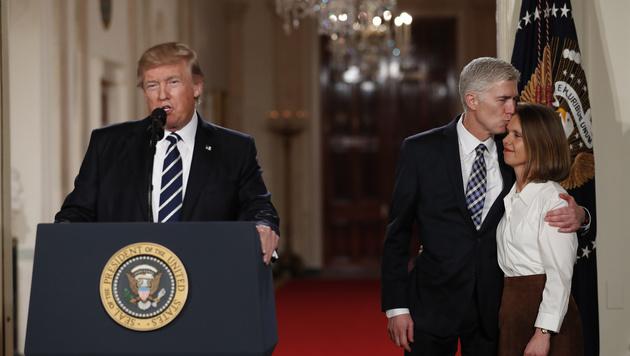 Donald Trump, Neil Gorsuch und dessen Frau Louise (Bild: AP)