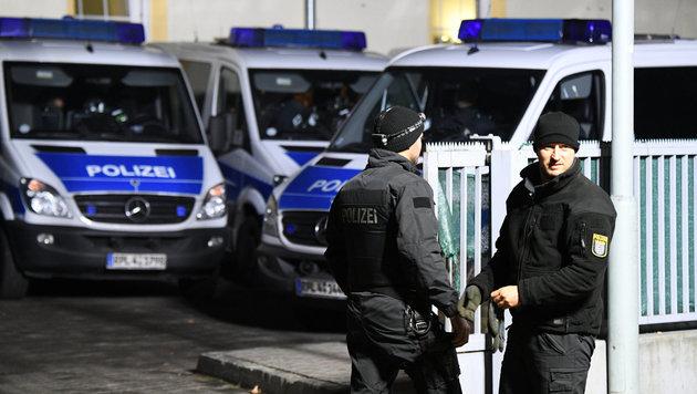 Polizisten vor einer Moschee in Hessen (Bild: APA/dpa/Boris Roessler)