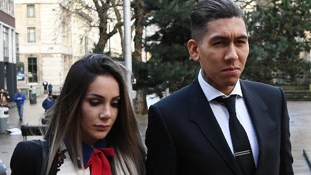 Roberto Firmino und seine Frau Larissa Pereira beim schweren Gang zum Gericht (Bild: AFP)