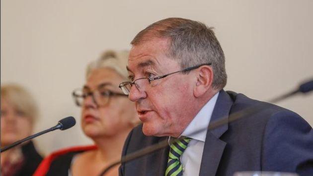 Bürgermeister Heinz Schaden ist schwer betroffen. (Bild: Markus Tschepp)
