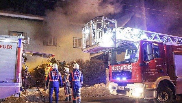 Aus dem Schlafzimmerfenster im ersten Stock des Hauses drang dichter Rauch aus. (Bild: Markus Tschepp)