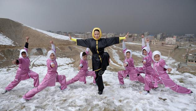 Sima Azimi (in der Mitte) mit ihren Schützlingen (Bild: AFP)