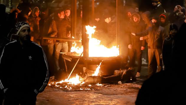 Friedlicher Protest wurde zu blutiger Krawallnacht (Bild: AP)