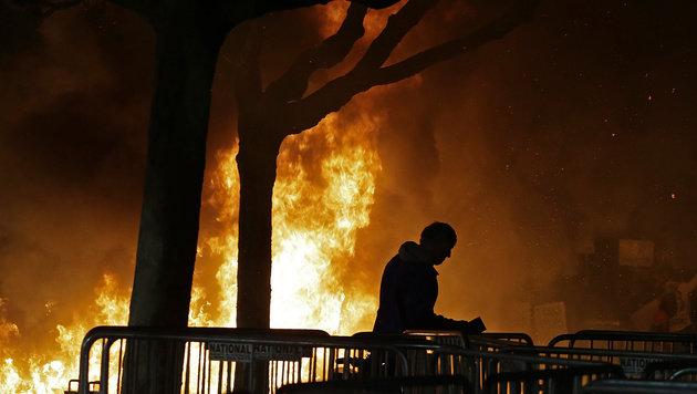 Einer der zahlreichen Brände, die aus Protest gelegt wurden (Bild: ASSOCIATED PRESS)