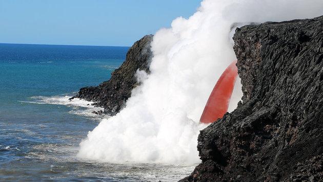 Hawaii: Lavastrom ergießt sich von Klippe ins Meer (Bild: USGS/Hawaiian Volcano Observatory)