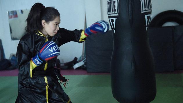 Sima Azimi beim Bearbeiten des Sandsacks (Bild: AFP)