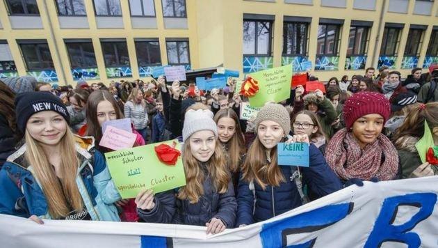 Früh übt sich, wer seine demokratischen Rechte verteidigen will: Hunderte Schüler demonstrierten! (Bild: Markus Tschepp)