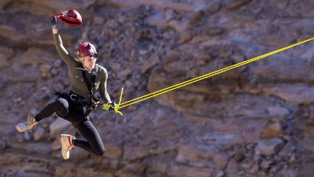 """Larissa Marolt bei einer Challenge in der Sendung """"Global Gladiators"""" (Bild: ProSieben)"""
