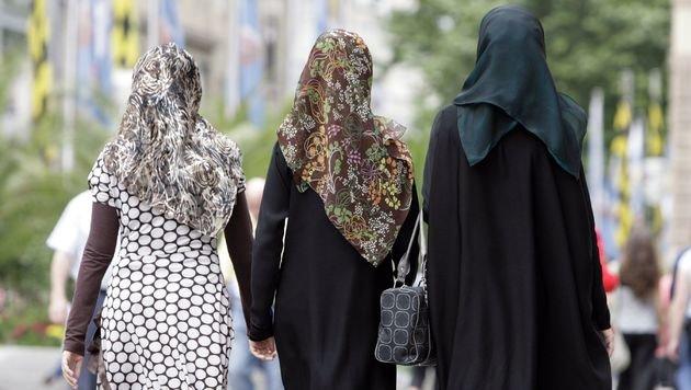 Muslime in Wien wehren sich gegen Kopftuchverbot (Bild: APA/dpa/Andreas Gebert)
