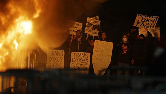 Sie haben den Auftritt eines rechten Bloggers verhindert: Demonstranten in Berkeley (Bild: ASSOCIATED PRESS)