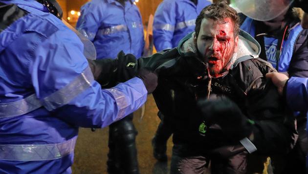 500.000 Menschen in Rumänien auf den Straßen (Bild: AP)