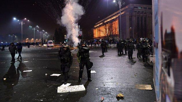Friedlicher Protest wurde zu blutiger Krawallnacht (Bild: AFP)